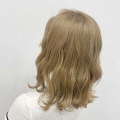 コテ巻き ベージュ ミディアム シナモンベージュ ヘアスタイルや髪型の写真・画像