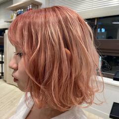 フェミニン ミディアム ピンク ラズベリーピンク ヘアスタイルや髪型の写真・画像
