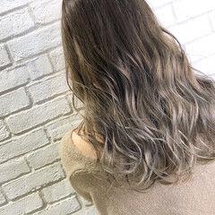 シルバーグレー グレージュ ハイライト ロング ヘアスタイルや髪型の写真・画像