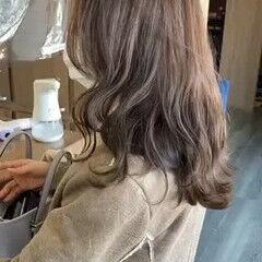 アッシュグレー レイヤーカット ゆるふわ セミロング ヘアスタイルや髪型の写真・画像