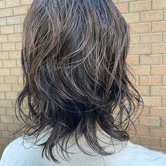 ミディアム ゆるふわパーマ アッシュグレー 無造作パーマ ヘアスタイルや髪型の写真・画像