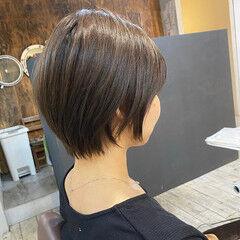 大人ショート イヤリングカラー ナチュラル ショートヘア ヘアスタイルや髪型の写真・画像