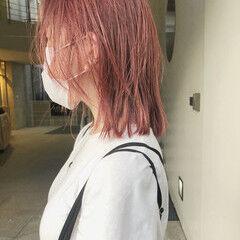 ミディアム グラデーションカラー 切りっぱなしボブ ピンクカラー ヘアスタイルや髪型の写真・画像
