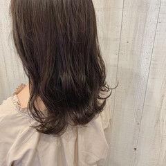 アッシュブラウン セミロング グレージュ なみウェーブ ヘアスタイルや髪型の写真・画像