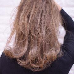 ハイトーンカラー ミディアム フェミニン アンニュイほつれヘア ヘアスタイルや髪型の写真・画像