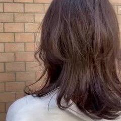 ひし形シルエット レイヤーロングヘア アッシュベージュ オリーブグレージュ ヘアスタイルや髪型の写真・画像