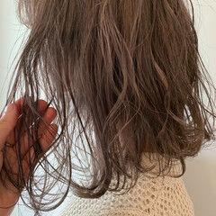 アッシュベージュ ハイトーン ミディアム グレージュ ヘアスタイルや髪型の写真・画像