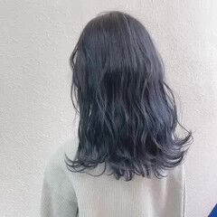 グレージュ セミロング シルバーアッシュ ブリーチ ヘアスタイルや髪型の写真・画像