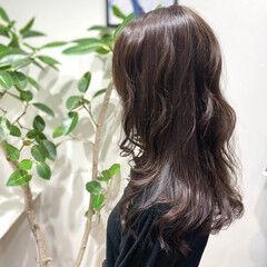 オリーブグレージュ レイヤーカット マットグレージュ ロング ヘアスタイルや髪型の写真・画像