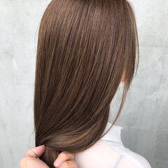 ナチュラルベージュ セミロング フェミニン ヌーディベージュ ヘアスタイルや髪型の写真・画像