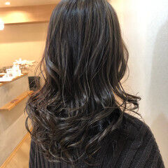 3Dハイライト アッシュグレージュ 大人ハイライト コンサバ ヘアスタイルや髪型の写真・画像