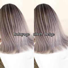 シルバーグレージュ ストリート ミディアム ハイライト ヘアスタイルや髪型の写真・画像