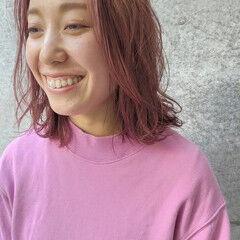 セミロング 大人アレンジ センターパート ピンク ヘアスタイルや髪型の写真・画像