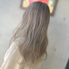 ホワイトベージュ ブリーチカラー ハイライト フェミニン ヘアスタイルや髪型の写真・画像