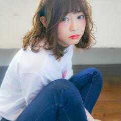 ランダムカール 小顔ヘア ミディアム カジュアル ヘアスタイルや髪型の写真・画像