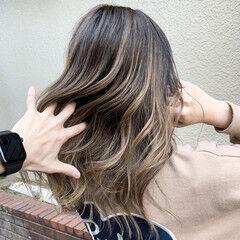 ベージュ ミディアム エアータッチ グラデーションカラー ヘアスタイルや髪型の写真・画像