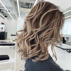 ミディアム ミルクティーブラウン アッシュ シルバーアッシュ ヘアスタイルや髪型の写真・画像