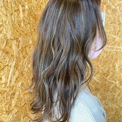 ナチュラル ロング 波ウェーブ シルバーグレージュ ヘアスタイルや髪型の写真・画像