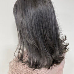 アッシュグレージュ ブリーチ必須 セミロング ナチュラル ヘアスタイルや髪型の写真・画像