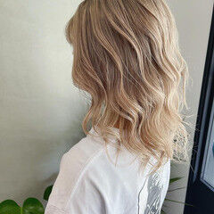 プラチナブロンド ホワイトベージュ ホワイトカラー ミディアム ヘアスタイルや髪型の写真・画像