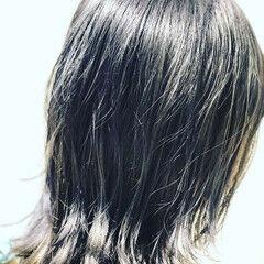 モード ミディアム シルバーグレー ダブルカラー ヘアスタイルや髪型の写真・画像