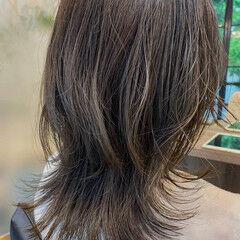 ナチュラル ニュアンスウルフ ウルフレイヤー オリーブベージュ ヘアスタイルや髪型の写真・画像