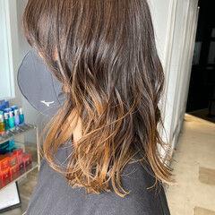 ミディアム ナチュラル グラデーションカラー シルバーグレージュ ヘアスタイルや髪型の写真・画像