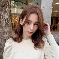 ミディアム 前髪なし 透明感カラー ゆるウェーブ ヘアスタイルや髪型の写真・画像