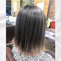 グレージュ デザインカラー バレイヤージュ ハイトーン ヘアスタイルや髪型の写真・画像