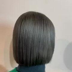 ショートボブ ブリーチカラー オリーブグレージュ フェミニン ヘアスタイルや髪型の写真・画像