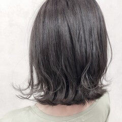 シルバーグレー 大人カジュアル フェミニン セミロング ヘアスタイルや髪型の写真・画像