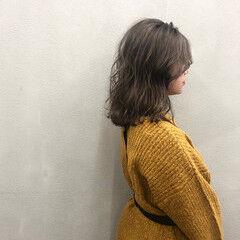 ミディアム スモーキーアッシュベージュ 波ウェーブ ストリート ヘアスタイルや髪型の写真・画像