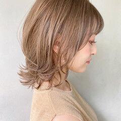 ミルクティーブラウン ミディアム 外ハネ オフィス ヘアスタイルや髪型の写真・画像