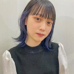 インナーカラー ネイビーブルー ナチュラル ミディアム ヘアスタイルや髪型の写真・画像