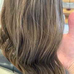 ナチュラル アッシュベージュ セミロング シアーベージュ ヘアスタイルや髪型の写真・画像