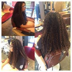 ハイトーン メッシュ スパイラルパーマ ロング ヘアスタイルや髪型の写真・画像