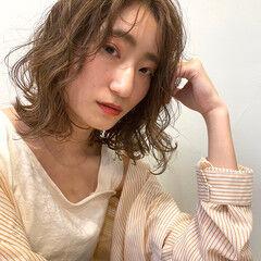 ミルクティーベージュ アンニュイほつれヘア ミディアム ベージュ ヘアスタイルや髪型の写真・画像