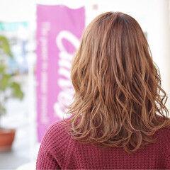 ミディアム ニュアンス フェミニン ハニーベージュ ヘアスタイルや髪型の写真・画像