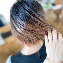 ショートボブ ミルクティーグレージュ 裾カラー 外ハネボブ ヘアスタイルや髪型の写真・画像