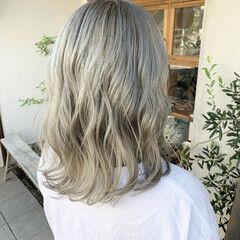 ミディアム ストリート ホワイトグラデーション シルバーアッシュ ヘアスタイルや髪型の写真・画像
