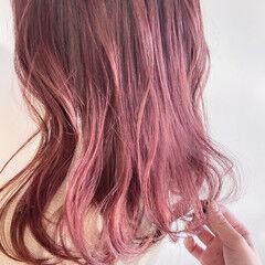 フェミニン チェリーレッド ミディアム ベリーピンク ヘアスタイルや髪型の写真・画像