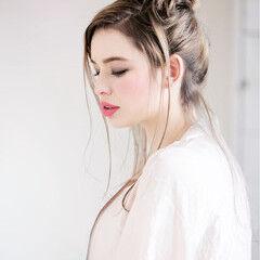 お団子 グレージュ ロング 外国人風カラー ヘアスタイルや髪型の写真・画像