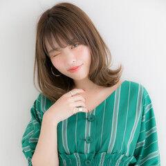 ミディアム ひし形シルエット フェミニン くびれカール ヘアスタイルや髪型の写真・画像