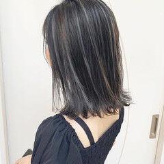 アッシュグレイ シルバーグレイ ミディアム ダブルカラー ヘアスタイルや髪型の写真・画像