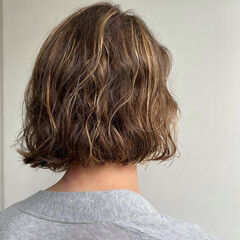 極細ハイライト 無造作パーマ ボブ フェミニン ヘアスタイルや髪型の写真・画像
