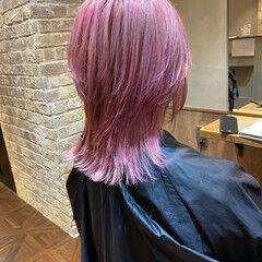 ピンク ミディアム ストリート レイヤー ヘアスタイルや髪型の写真・画像