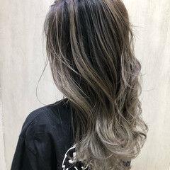 エレガント ロング ホワイトグレージュ エアータッチ ヘアスタイルや髪型の写真・画像