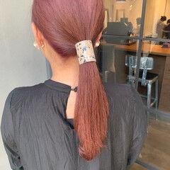 ピンクヘア ナチュラル ローポニーテール ブリーチカラー ヘアスタイルや髪型の写真・画像