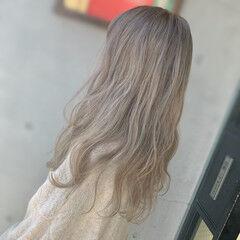ホワイトカラー ロング くすみカラー フェミニン ヘアスタイルや髪型の写真・画像
