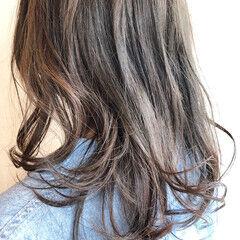 ミディアム アンニュイほつれヘア アッシュグレージュ ホワイトベージュ ヘアスタイルや髪型の写真・画像